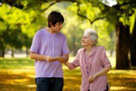 подростки и пожилые люди