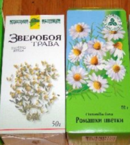 трава зверобоя и цветки ромашки