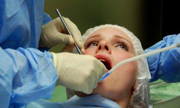врач осматривает полость рта