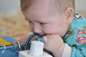 ребенок тянет в рот провод